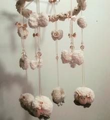 Móbile de Berço Ovelha menina (Eliza de Castro) Tags: mobiledeberçoovelhinhamenino móbiledeberço mobile ovelhinha ovelha menina maternidade