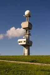 Wasser- und Schifffahrtsamt Emden (Joghurt1988) Tags: sony ilce a7ii emount deutschland emden ostfriesland wolke blauerhimmel radar schiffahrtsamt deich