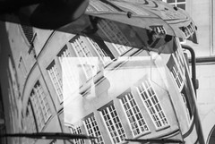 Finde den Fehler (chipsmitmayo) Tags: miniolta xd7 rokkor 135mm f28 rollei rpx 100 rodinal adonal 150 film analog schwarzweiss blackandwhite selbstentwickelt selfdeveloped münster westfalen lkw laster prinzipalmarkt innenstadt autofrei gute stube diesel abgas lärm dont mix spiegelung haus giebel scheibe windschutzscheibe
