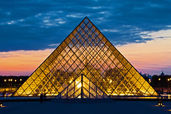 Die groe Pyramide zur Blauen Stunde (Seahorse-Cologne) Tags: paris france frankreich nightshot pyramid louvre nightscene francia pyramide nachtaufnahme  parigi      piramida   escenanocturna scnedenuit