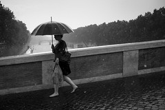 Roma - Ponte Sisto (Enzo D.) Tags: bridge italy woman rome roma rain umbrella italia pontesisto rivertiber wwwenzodemartinocom