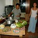 Kinh e Jennifer preparam um jantar asiático