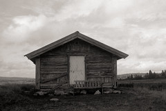 Cabin by the dam (Eirik0304) Tags: autumn blackandwhite bw monochrome norway clouds mediumformat landscape norge kodak 6x9 mf sjusjøen ektar 600se caffenol gp3 110a classicblackwhite classicblackandwhite shanghaigp3 film:iso=160 film:brand=shanghai film:name=shanghaigp3100 caffenolcm ©edrussellroberts filmdev:recipe=8116