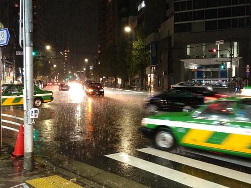 ゲリラ豪雨やばい。スタバに退避中。