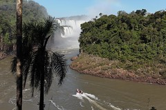 IMG_0520 The Iguazu falls with palm trees and a boat (Rodolfo Frino) Tags: tourism adventure thebesttenphotos thebest10photos thebestphotos travelagency aventura agenciadeviajes selva forest rainforest trip iguazuriver thebest10waterfalls thebesttenwaterfalls thebestwaterfall argentinianwaterfalls iguazufalls iguazu rodolfofrino