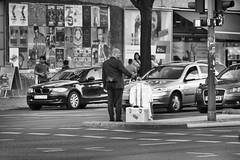 Flugkapitn verloren in Berlin (Agentur snapshot-photography) Tags: berlin tempelhofschneberg schneberg berufe berufsalltag berufswelten effekt schwarzweiss blackwhite bw sw einzeln 010600 einzelaufnahme einzelbild single ganzfigur 010300 ganzefigur emotion pessimistisch flugbegleiter flugkapitn pilot piloren pilotenkoffer hemd oberhemd kurios komisch lustig landschaft landscape landschaften landschaftsaufnahme stadtlandschaft stadt stdte stadtansichten urbanlandscape mann man mnner men personen reisen travel traveling flugreise schnappschuss 012300 momentaufnahme alltag lebenswelten strassenszene streetphotography bevlkerung stimmung symbolfoto 012200 symbolbild symbolfotos tageszeit abend evening totale tourismus tourism verkehr traffic strassenverkehr rushhour deutschland deu