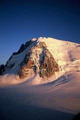 Mt. Blanc du Tacul at sunset (astrange) Tags: sunset chamonix mjuii fujivelvia50 tacul