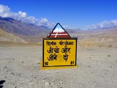Ladakh - Borne kilomtrique (Dolkar-photographe...) Tags: yak moving movement transport move indien displacement nomades liveandletlive liveletlive scuritroutire phuktal mulbek