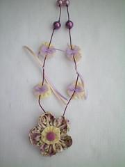 Colar lilás com lacinhos e pérolas (Alba Aragão) Tags: fuxico colar tecido
