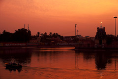 Thiruvarur Temple Tank (bmahesh) Tags: light sunset colors canon temple boat dusk canon5d mahesh kulam canonef24105mmf4isusm thiruvarur canoneos5dmarkii bmahesh thiruvarurtempletank