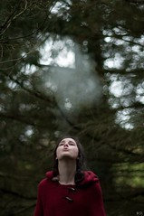 fume chaperon (Max.photographies) Tags: red girl rouge nikon cigarette teen loup 105 nikkor 18 fable fume ais cigaret conte chaperon d5000