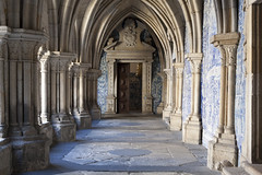 Sé do Porto - 3 | Gothic cloisters, lined with 18th century Baroque azulejos (Paul Dykes) Tags: blue white portugal church cathedral gothic porto tiles baroque cloisters 18thcentury oporto azulejos eighteenthcentury sédoporto portocathedral valentimdealmeida