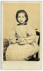 (Le merle tourdi) Tags: france girl vintage de french photo sitting dress little robe antique photograph cdv fille petite 19th visite carte ancienne assise xixe