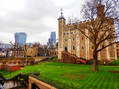 The Walkie Talkie from The Tower of London (photphobia) Tags: tower toweroflondon london castle castillo fortress city oldwivestale cityoflondon outdoor architecture buildings building buildingsarebeautiful walkietalkie leadenhallbuilding thewhitetower perspective tower42