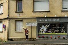 ~31~ (Julien.Rapallini) Tags: woman femme bras arm mort death pompefunbre rue street fleurs flowers france french dordogne immeuble ville town panneaux fentre window