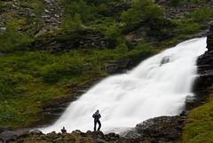 Mi cascada (Iigo Fdz de Pinedo) Tags: musgo verde rio persona grande agua rboles vida noruega sola rocas cascada mojado espectacular humedad