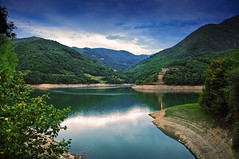 Embalse de Tanes - Asturias - (DeLaTorre 73) Tags: blue trees espaa naturaleza house mountain mountains verde green nature water colors grass azul clouds landscape arbol casa spain agua rocks arboles valle asturias paisaje reflect cielo valley nubes reflejo bluehour montaa rocas anochecer montaas embalse brillante brillo hierba blueazul reflejosenelagua principadodeasturias nikond90 horaazul waterenvirons
