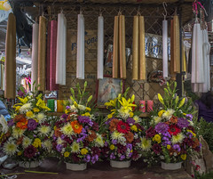 Candles and Flowers / Cirios y Flores (Juchitán, Oaxaca. Gustavo Thomas © 2016) (Gustavo Thomas) Tags: cabdles velas cirios religión juchitán oaxaca méxico flowers flores arreglos mercado market mexican