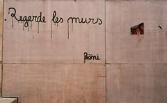 regarde les murs, regarde le ciel (joanna.kf) Tags: wall murs streetart tag writtenonthewall arles france analogue canonet canonetql19
