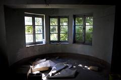 Au sous-sol, la lumière pointe ses rayons... (Nutena) Tags: old light house window dark lumière decay urbanexploration maison desolate fenêtre decaying vieux ambiance urbex délabré ténébreux défraîchi