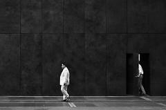 Le passe muraille (Bernard Chevalier) Tags: street newyork humour passage rue mur ville façade trottoir muraille vide passant urbain piétons