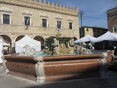 Pesaro - Fontana di Piazza del Popolo - 4 ottobre 2012 (cepatri55) Tags: palazzo fontana pesaro ducale 2012 cepatri cepatri55
