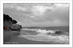 Paseando por la playa (Lourdes S.C.) Tags: portugal playa personas cielo olas oceano costaatlántica elalgarve