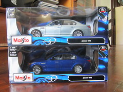 Maisto 1:18 BMW M5 (thienzieyung) Tags: blue light shadow cars sunshine metal toys model doors colours side models collection vehicles malaysia bmw packaging kotakinabalu boxes hobbies information 2009 sabah casting collectibles tyres 118 5series scaled diecast maisto specialedition bmwm5 thienzieyung