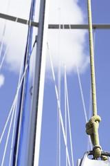 Mât (Sarah Devaux) Tags: mât bateau voilier jaune bleu cordes noeuds ciel port marina nuage bassin à flots bordeaux base sous marine lignes