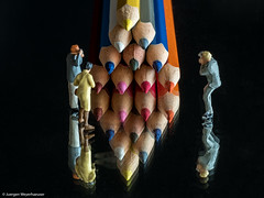 Tiny People - Farbstifte als Motiv (J.Weyerhuser) Tags: macros farben tinypeople preiser h0 noch figuren herbst buntstifte