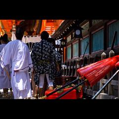 (Masahiro Makino) Tags: festival japan photoshop canon eos kyoto shrine adobe parasol   f18 lightroom  yasaka gionmatsuri  ef50mm  60d naginataboko  20110713111251canoneos60dls640p