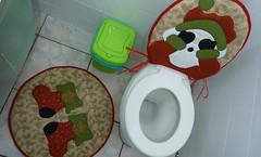 P1020072a (Monne Arts) Tags: face natal bonito artesanato capa noel lindo kit festa tapete decorao jogo vaso banheiro dupla lavabo mamae papai conjunto tecido colorido algodo enfeite proteo higienico festivo natalino jogodebanheiro jogodetapete tapetedebanheiro