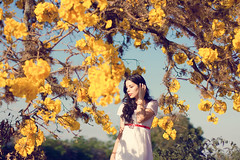 Summertime Sadness (AnnuskA  - AnnA Theodora) Tags: flowers blue light sky sun white selfportrait flores tree yellow dress branches autoretrato ip lovely amarelas