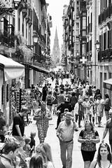 bustling (kceuppens) Tags: spanje spain city stad bw zw blackandwhite sansebastian san sebastian zwart wit zwartwit black white nikond7000 nikon d7000 people crowd massa mensen