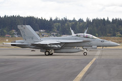 (Eagle Driver Wanted) Tags: mighty shrikes strike fighter squadron 94 fast jet american pilot aviator naval vfa94 hobo fa18f hornet kpdx portland international airport military usn us navy fly boeing strikefightersquadron94 165912 portlandinternationalairport