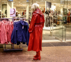 RED (klepptomanie) Tags: boots trenchcoat latex hood casablanca raincoat wellies rainwear klepper rainprotect