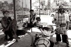 The good life (3) (Matthieu Verhoeven - Photographer -) Tags: street people white black fun thailand photography nikon bangkok streetlife zwart wit d3 gezellig mensen leuk straatfotografie straatleven matthieuverhoevenfotografie