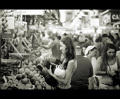 Felicidad (J. Tiogran) Tags: blackandwhite bw 50mm nikon market candid 14 mercado nikkor julin solana serrano boquera robado blandoynegro d5000