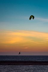 Saltando horizontes (Franci Esteban) Tags: landscape 50mm kay playa kitesurfing 7d salto cdiz horizonte tarifa loslances 50mm118ii kaysurf eos7d canoneos7d