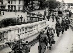 EVACUATION DE HANOI. TIRAILLEURS MAROCAINS SUR PONT DOUMER