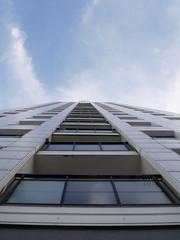 Der Himmel über Marzahn. / 02.09.2016 (ben.kaden) Tags: berlin marzahn marzahnerpromenade architekturderddr architektur hochhaus plattenbau 2016 02092016