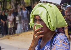 El olor de la carne quemada (Nebelkuss) Tags: indonesia bali kuta funeral cremacion cremation hinduismo hinduism retratos portrait canoneos60d canonef70200f4l elzoohumano thehumanzoo