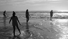 Figures (Olivr 's pictures) Tags: olivrspictures leica leicax typ113 bw portrait sanguinet ocean soir blackandwhite beach biscarosse