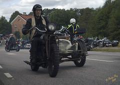 Snubbe som kte fram o tillbaka #2 (George The Photographer) Tags: turinge sdermanland sweden mlarenrunt lnsvg e3 gamlae3 folkfest byggnad fordon vg uppvisning ratbike sidovagn rost motorcykel skinnbuse motorfolk motorintresserade skinnknutte bikers people tegelhuset mngfaldenshus se