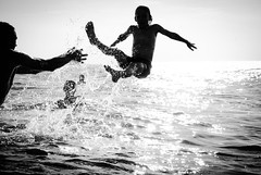 Playing kids (Martijn van Veelen) Tags: water kids playing playingkids noiretblanc jumping plage active beach action