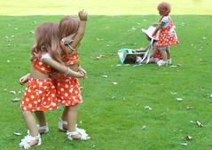Rundherum, das geht nicht schwer ... (Kindergartenkinder) Tags: outdoor kind gruppenfoto personen tivi annemoni garten park kindergartenkinder annette himstedt dolls sanrike milina
