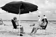 Riposino (Luca Maresca) Tags: spiaggia ombrellone sole sabbia riposino relax prendisole mare estate luglio gargano torremileto 2016 blackandwhite bw cappello canon 400d people
