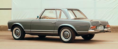 """Caption orig.: Der 230 SL erscheint 1963 mit ungewohnten neuen Proportionen und Linien – und dem unverwechselbaren """"Pagodendach"""". Das abnehmbare Hardtop sieht nicht nur gut aus, seine spezielle Form mit leicht abgesenktem Mittelteil erhöht auch die"""