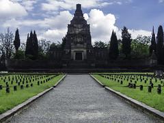 Crespi-Adda-V-11 (elettrico1977) Tags: tombe cimitero mausoleo fabbrica crespidadda patrimoniounesco