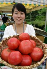 Seoul_Farmers_Market_08 (KOREA.NET - Official page of the Republic of Korea) Tags: tomato korea seoul farmer organic famersmarket  gwanghwamun     inteligentsia  seoulfamersmarket